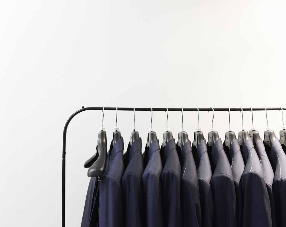Anzug auf Bügel
