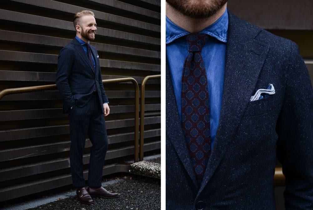 Philipp von Monokel Berlin trägt einen dunkelblauen Anzug mit roter Flanell Krawatte und einem blauen Denim Hemd an der Pitti Uomo 93