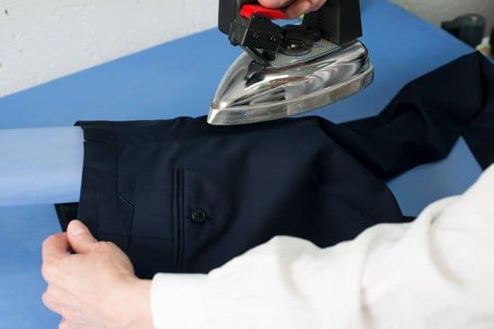 Anzug professionelles Aufbügeln der Hose