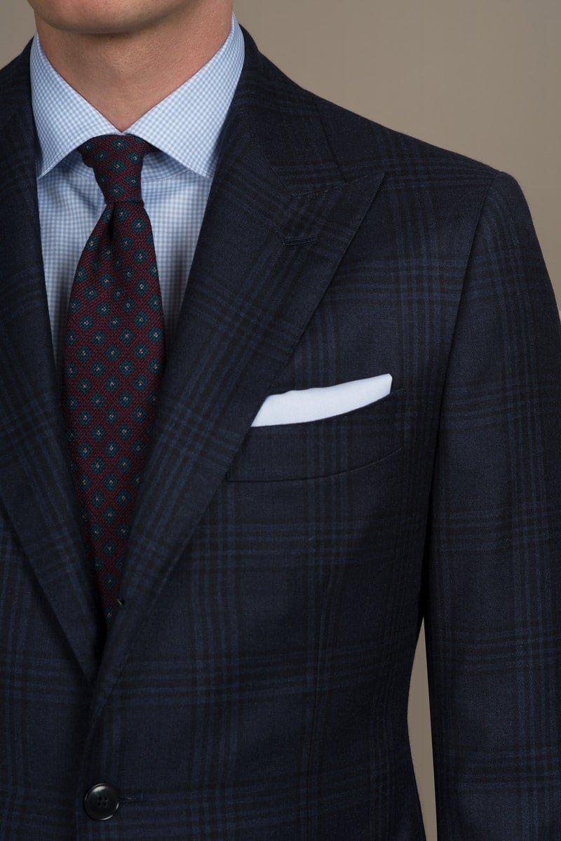 dunkelblauer glencheck massanzug und krawatte