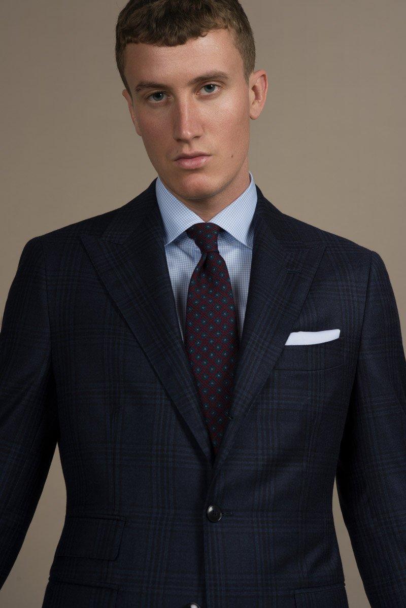 Dunkelblauer Glencheck Massanzug mit blau kariertem Businesshemd