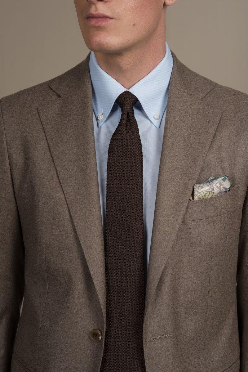 Hellblaues Masshemd mit Button-Down Kragen mit brauner Grenadine Grossa Krawatte