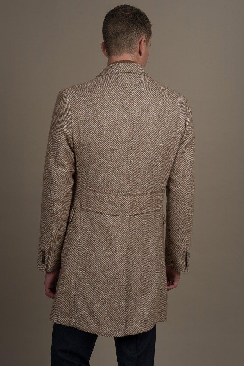 Rückenansicht Beigefarbener Massmantel aus der Herbst Winter 2018 Kollektion
