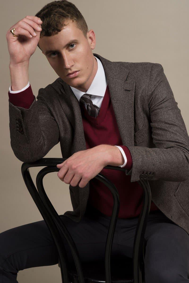 Weisses Maßhemd mit V-Neck Pulli und einem braunen Tweed Jacket