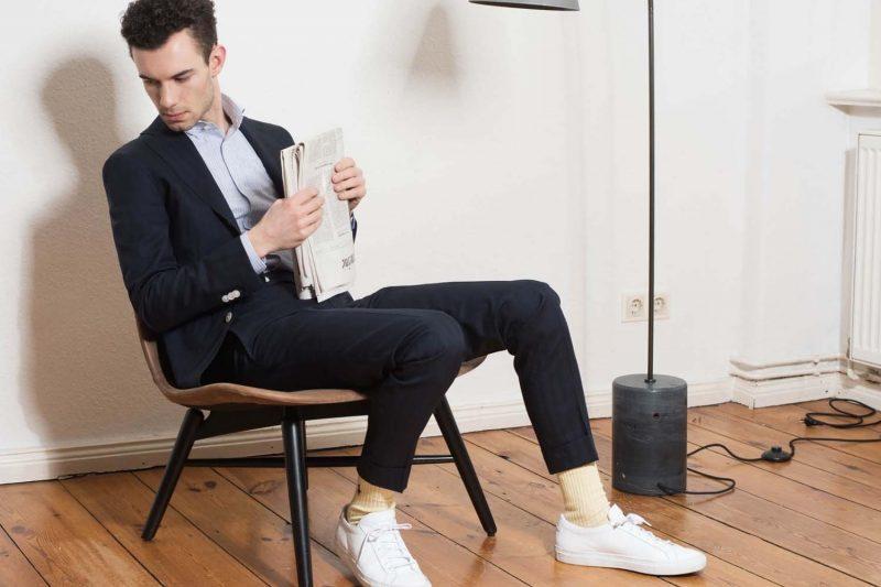 Dunkelblauer Sportlicher Maßanzug mit Hellblauem Maßemd kombiniert mit Sneakern von Monokel Berlin